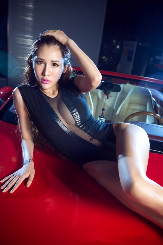 ngan-ngo-truoc-3-vong-sexy-cua-kieu-nu-ben-xe-mui-tran-autof5-10